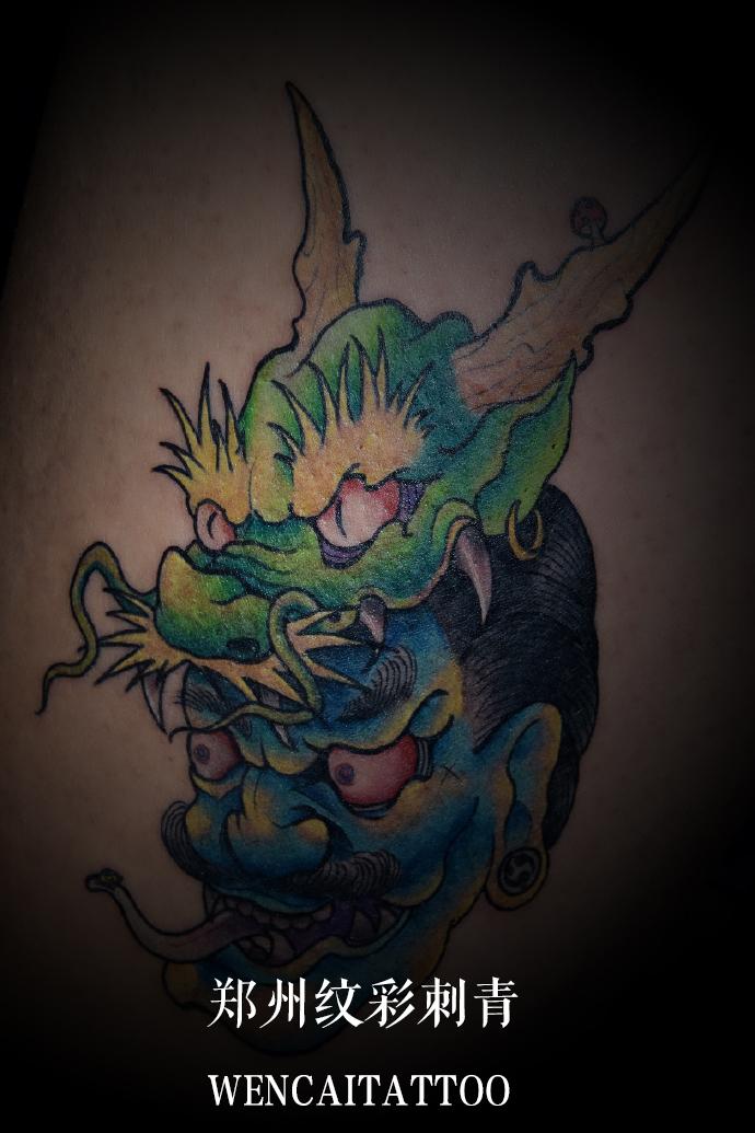 孔先生后背龙头鬼面纹身图案